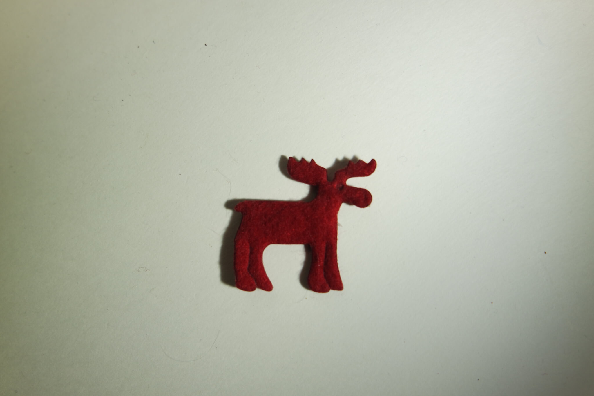 Ein Miniatur Elch aus rotem Stoff