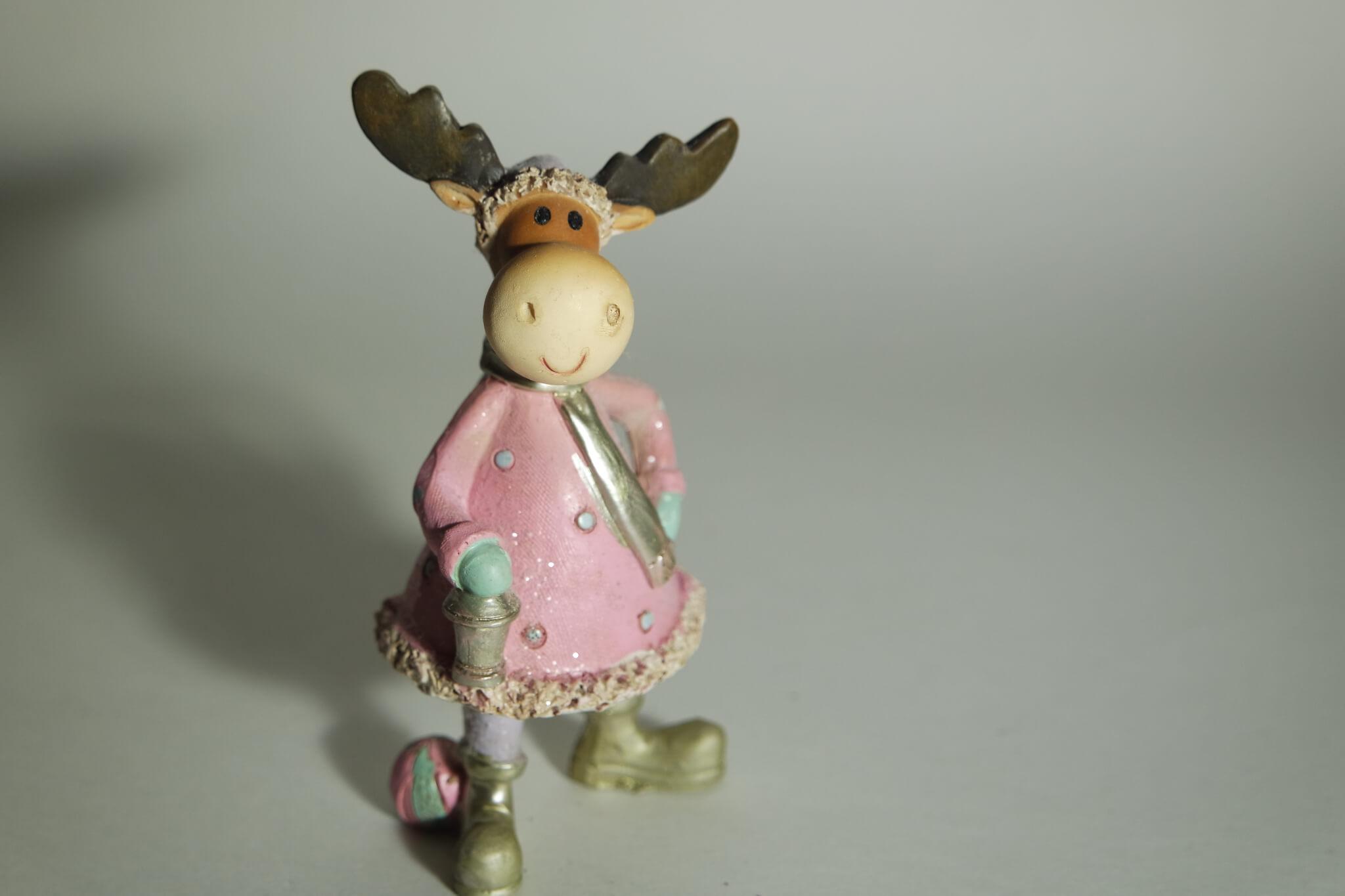 Elchdame aus Porzellan mit rosa Parker