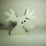 Ein Elchkopf aus weißem Schaumstoff