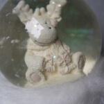 Schneekugel mit weißem Elch