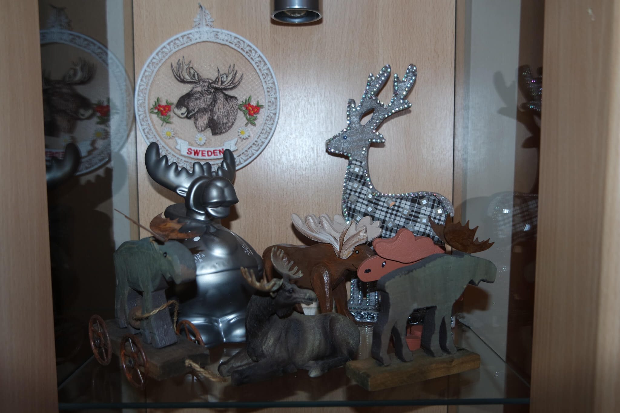 Große Sammlung verschiedener Elchfiguren