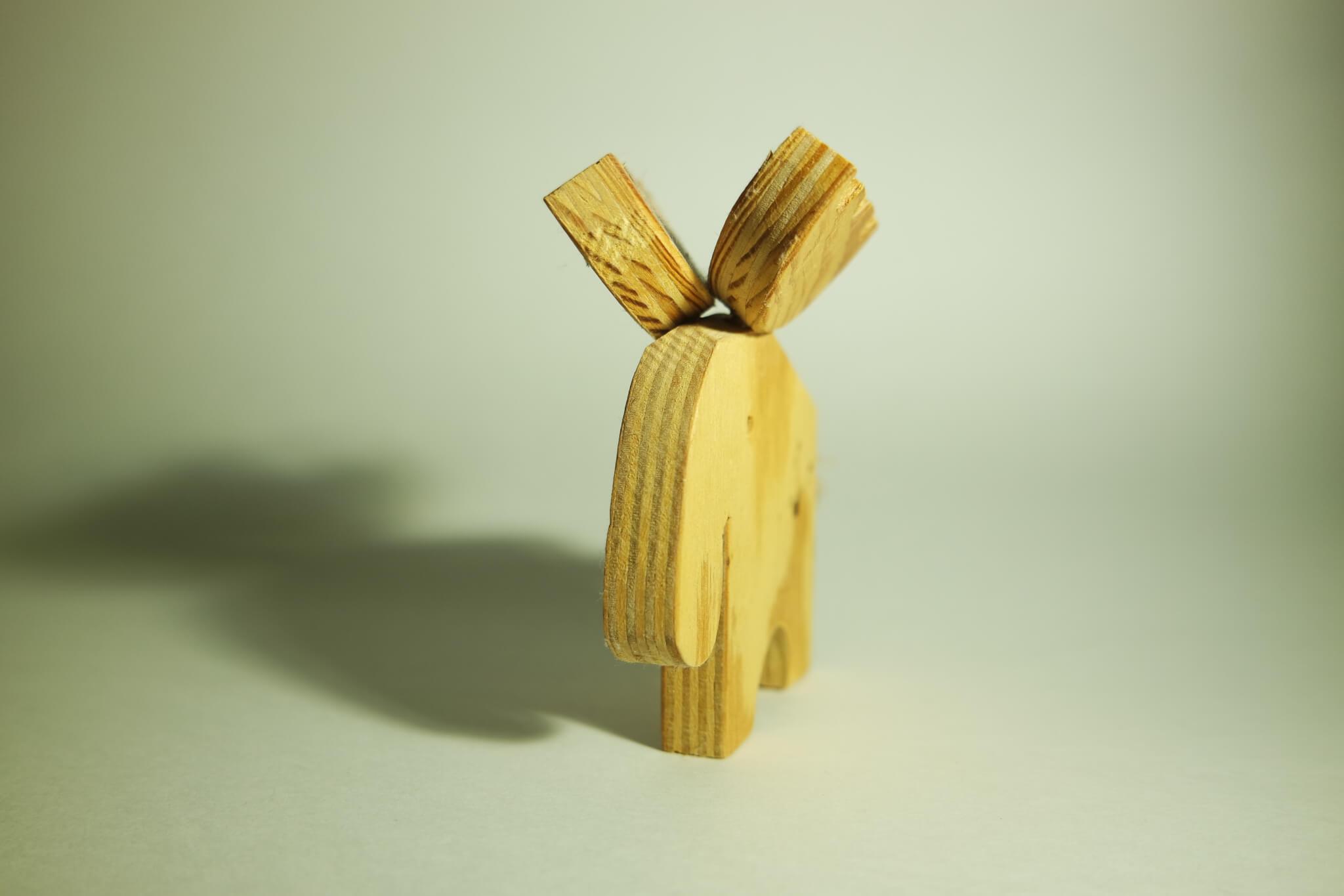 Selbst gemachte Elchfigur aus Holz
