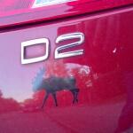 Schwarzer Elch Aufkleber auf rotem Auto