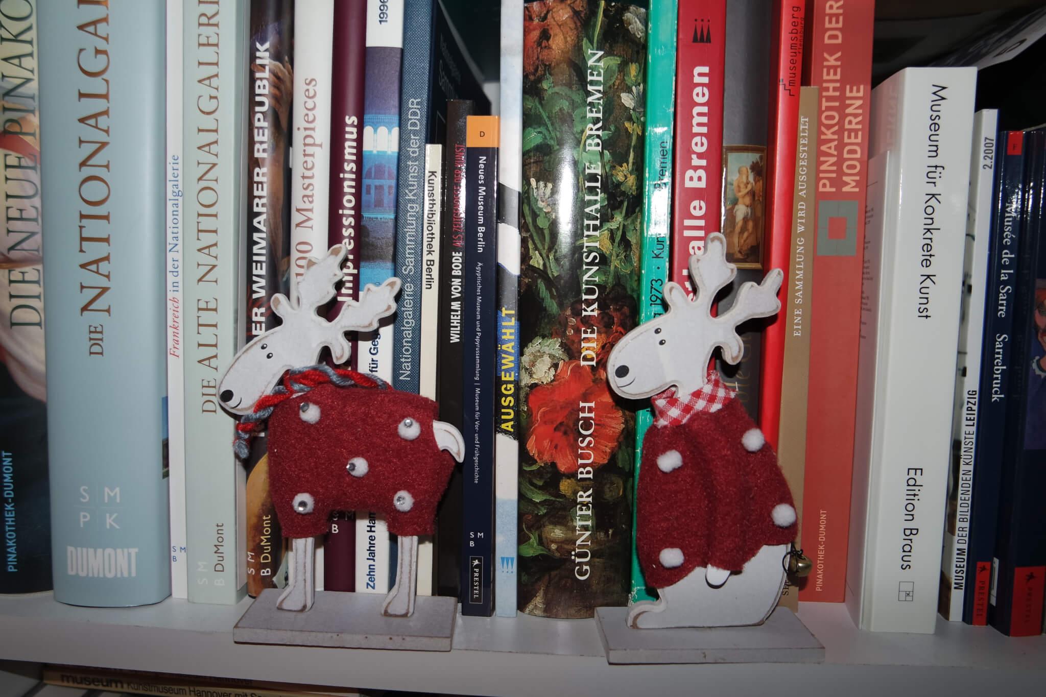 Elche im Bücherregal