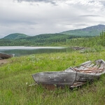 Ein kaputtes Boot in der Landschaft Schwedens