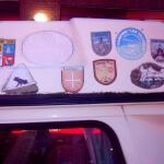Ein Auto voll mit Stickern von Elchen
